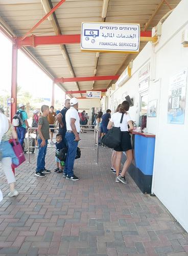 イスラエルのイツハク・ラビン・ボーダーの出国税を支払う場所