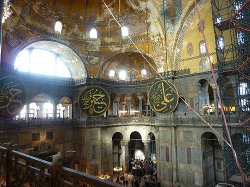 トルコ・イスタンブールのアヤソフィア博物館内部(2階テラスからの眺め)