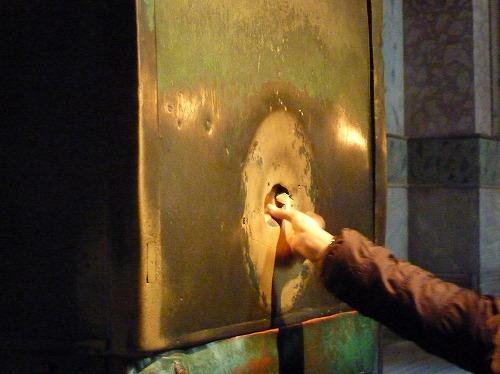トルコ・イスタンブールのアヤソフィア博物館にある聖母マリアの手形(別名すすり泣く柱)