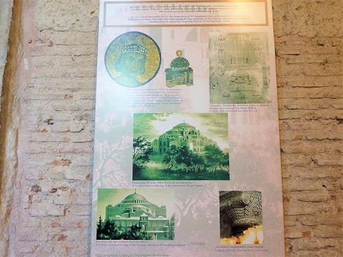 トルコ・イスタンブールのアヤソフィア博物館内部の説明パネル
