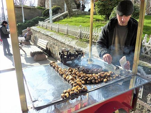 トルコ・イスタンブールの屋台(焼き栗)
