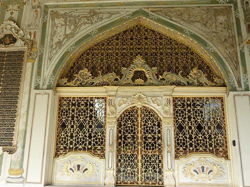 トルコ・イスタンブールのトプカプ宮殿のハレムの扉