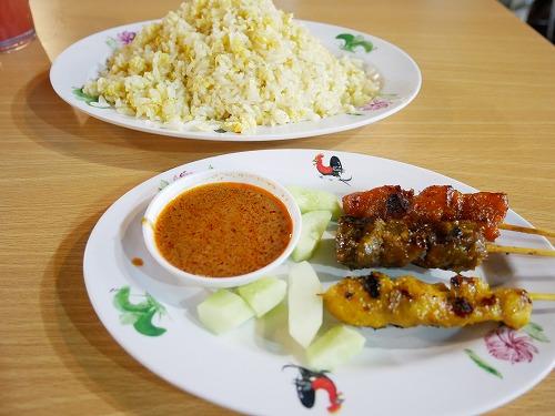 マレーシア・クアラルンプールのアロー通りの屋台街:龍記為食街で食べたサテーと卵チャーハン