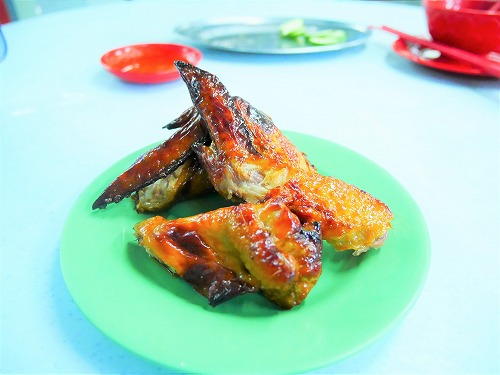 マレーシア・クアラルンプールのアロー通りの屋台街:黄亜華小食店で食べたチキンウィング