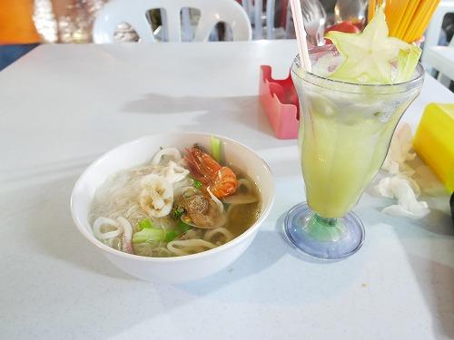 マレーシア・クアラルンプールのアロー通りの屋台街:慧玲美味食館で食べた海鮮ヌードルとスターフルーツジュース