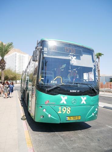 イスラエルの死海(エン・ボケック・ビーチ)近くを走るバス