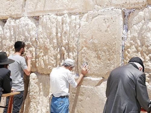 エルサレム(イスラエル)の嘆きの壁に祈りをささげる人たち
