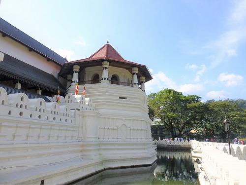 スリランカのキャンディにある仏歯寺の外観