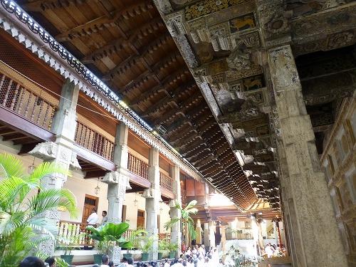 スリランカのキャンディにある仏歯寺内部