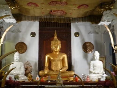 スリランカのキャンディにある仏歯寺の仏像