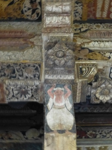 スリランカのキャンディにある仏歯寺の柱