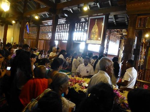 スリランカのキャンディにある仏歯寺での儀式(プージャー)