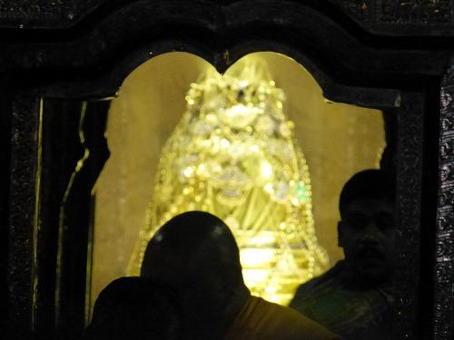 スリランカのキャンディにある仏歯寺での儀式(プージャー)で開扉された仏陀の歯