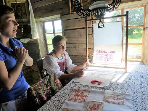 ロシア・キジ島で行われる刺繍