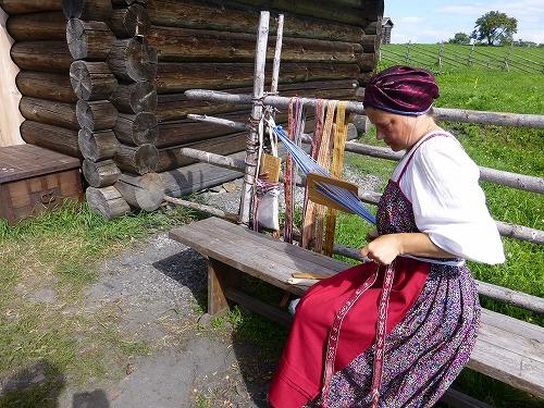 ロシア・キジ島で行われる機織り