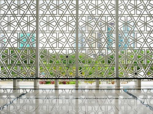 ンプール(マレーシア)にあるマスジットネガラ(国立モスク)内部から外を見る