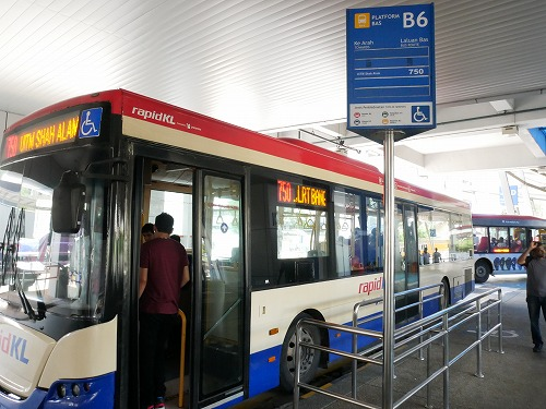 マレーシア・クアラルンプールのパサール・スニ駅近くのバスターミナル
