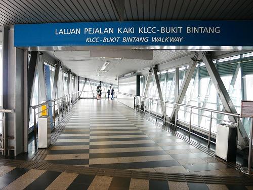 マレーシア・クアラルンプールのブキッビンタンからペトロナスツインタワー方面へ移動するための連絡通路(ウォークウェイ)