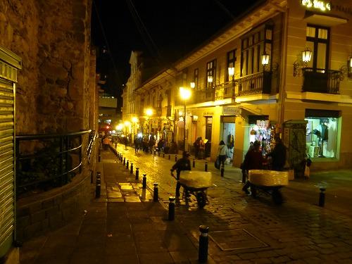 ボリビア・ラパスにある夜のサガルナガ通り