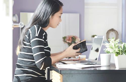 パソコンで英語を勉強する女性