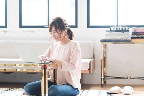笑顔でパソコンを楽しむ女性