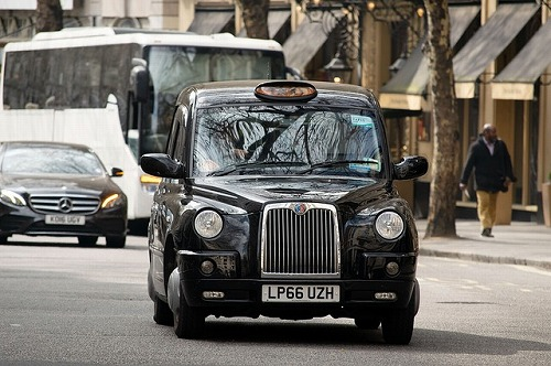 イギリスのロンドンを走るブラックキャブ(タクシー)