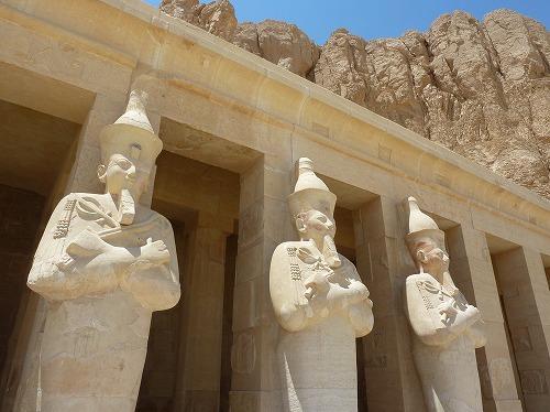 エジプト・ルクソール(ナイル川西岸)のハトシェプスト女王葬祭殿の石像