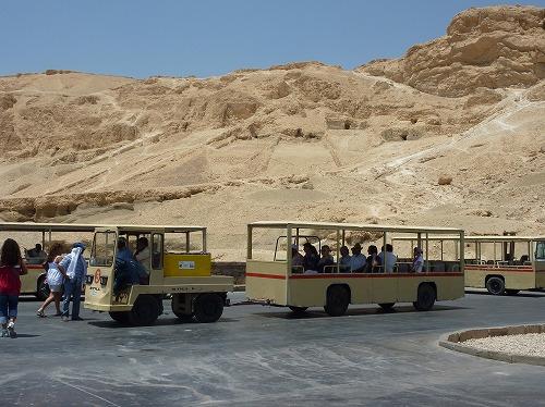エジプト・ルクソール(ナイル川西岸)のハトシェプスト女王葬祭殿を走る観光列車