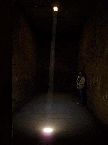 エジプト・ルクソールのカルナック神殿(アメン大神殿)にある真っ暗な部屋に差し込む一条の光