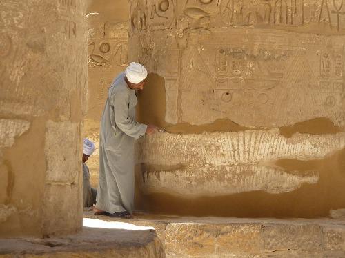 エジプト・ルクソールのカルナック神殿(アメン大神殿)を修復する人々