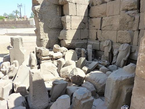 エジプト・ルクソールにあるルクソール神殿のがれき