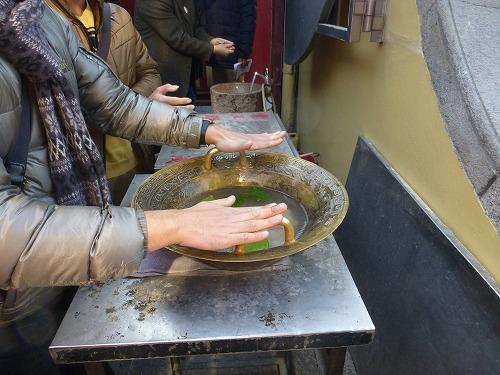 マカオ・媽閣廟の魚洗鍋をこする