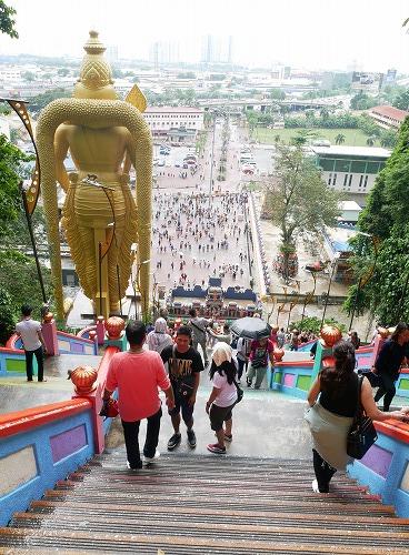 マレーシアのバトゥ洞窟へ続く階段上部から下を見る
