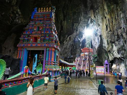 マレーシアのバトゥ洞窟の内部