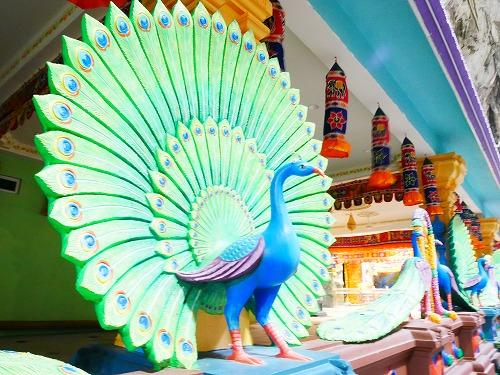 マレーシアのバトゥ洞窟内のヒンドゥー寺院のクジャクの装飾