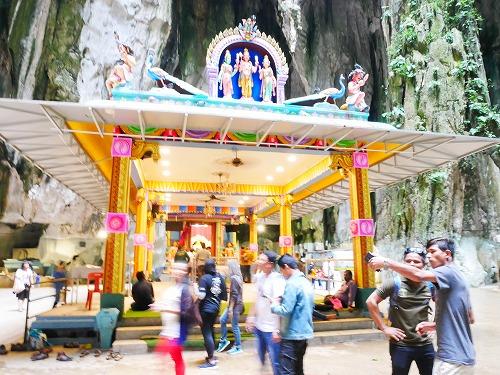 マレーシアのバトゥ洞窟内のスブラマニアン神殿