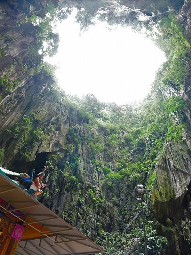 マレーシアのバトゥ洞窟内部から空を見る