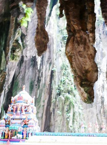 マレーシアのバトゥ洞窟の鍾乳洞とヒンドゥー寺院