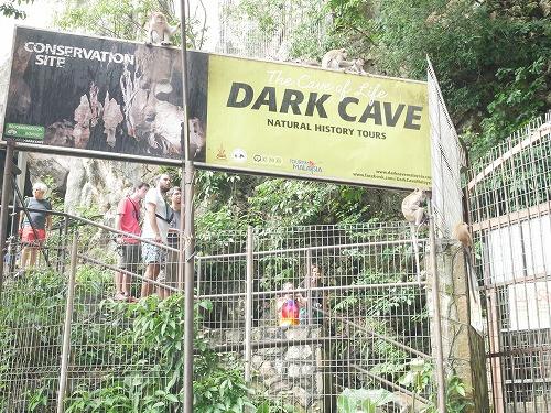 マレーシアのバトゥ洞窟のダークケイブツアーの看板