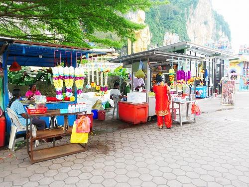 マレーシア・バトゥケイブ駅からバトゥ洞窟へ向かう道沿いの売店