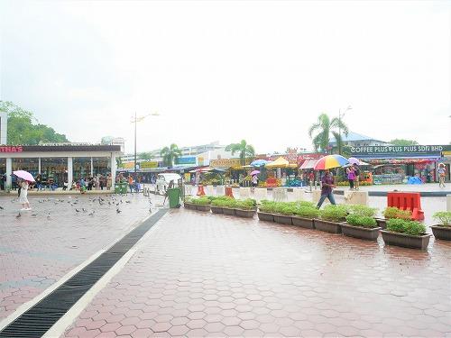 マレーシア・バトゥケイブ駅からバトゥ洞窟へ向かう道沿いの売店・レストラン
