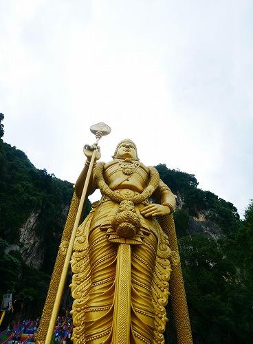 マレーシアのバトゥ洞窟の入口にある黄金のムルガン像