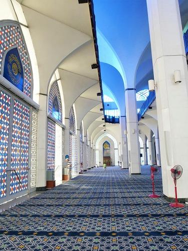 マレーシアのシャー・アラムにあるブルーモスク内部