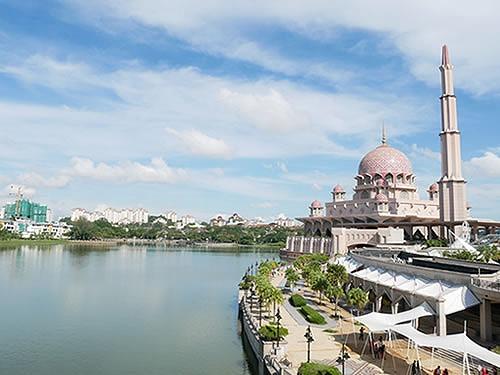 マレーシアのピンクモスクとプトラジャヤ湖