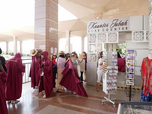 マレーシアのピンクモスクのローブ貸し出し場所
