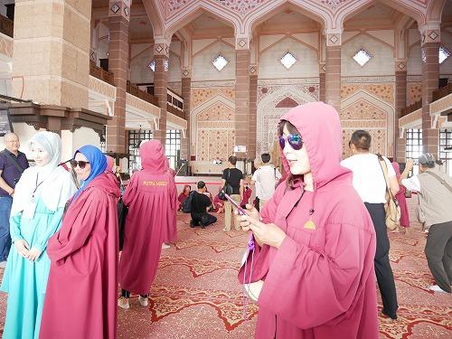 マレーシアのピンクモスク内部+ローブを羽織った人々