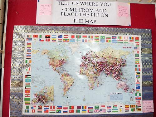マレーシアのピンクモスクにある訪れた人の出身国を示す地図