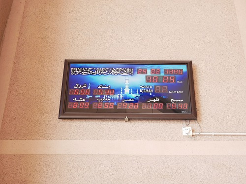 マレーシアのピンクモスクにあるお祈りの時間を示す時計