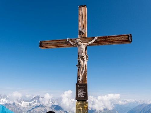 スイスの展望台の磔のキリスト像