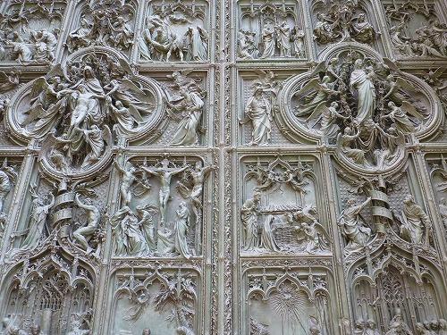 イタリア・ミラノのドゥオモ(大聖堂)のファサード中央のブロンズ製の扉(聖母マリアの生涯)